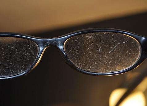 Método para quitar arañazos en gafas de plástico