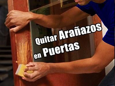 quitar arañazos en puertas de madera con lija hombre